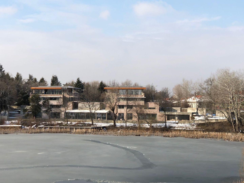 Aviatiei-Floreasca, cladire reprezentativa pe malul lacului.